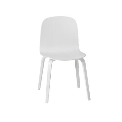 Visu tuoli puujaloilla valkoinen